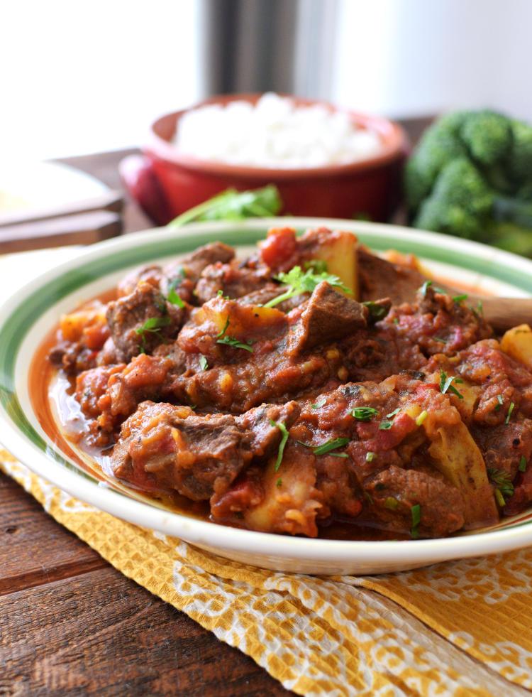 Carne de res en salsa de tomate con especias garam masala
