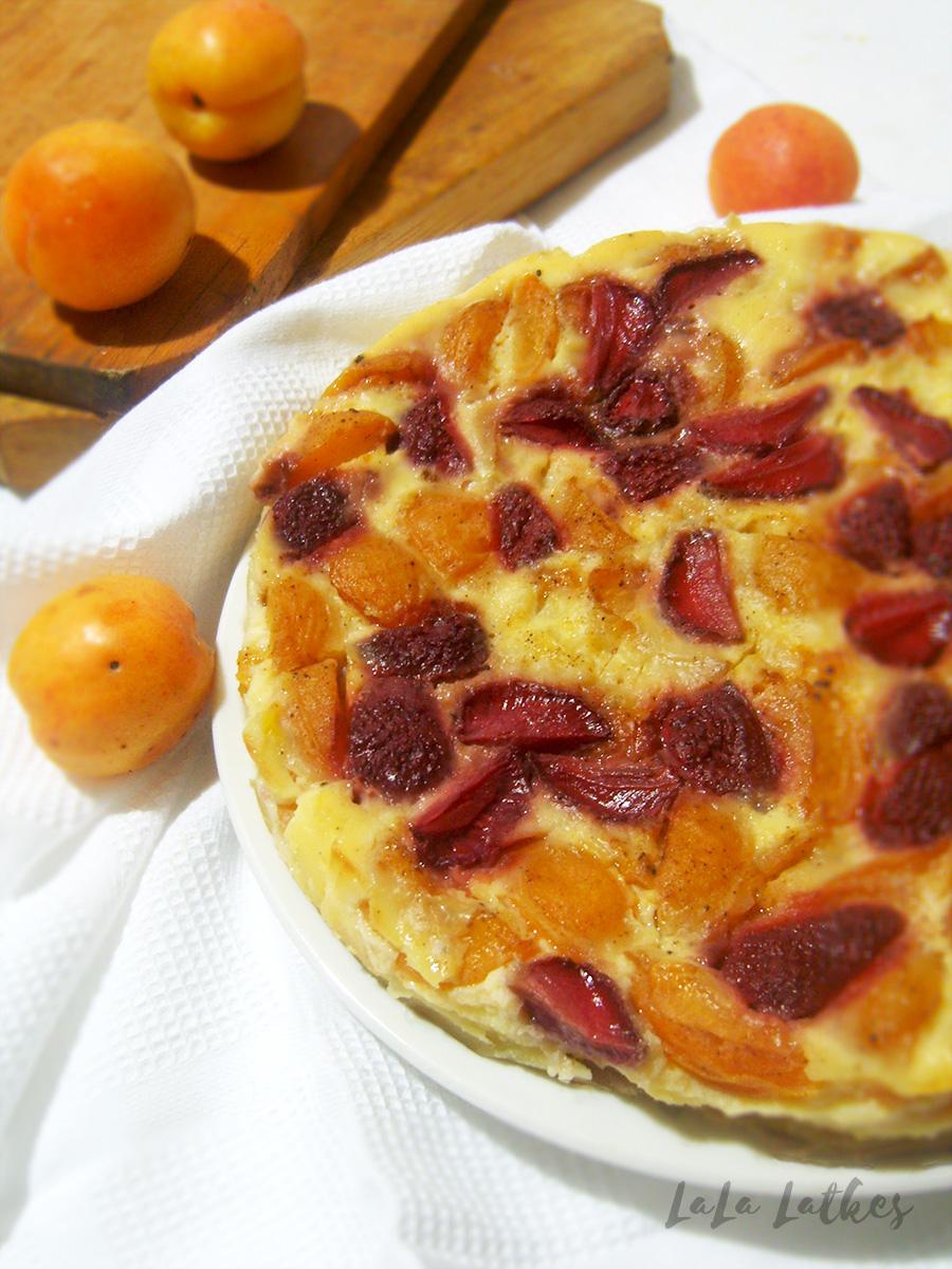 Клафути с абрикосами и клубникой