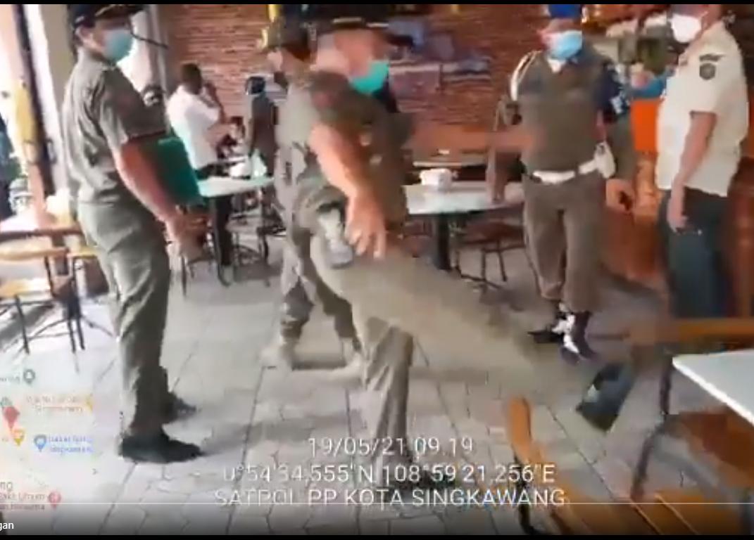 Viral Satpol PP Mengamuk Tendang Kursi Kafe: Kalau Mau Viralkan Saya, Silakan!