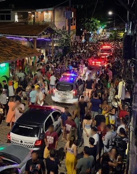 Turistas se aglomeram sem máscaras na praia da Pipa durante feriadão