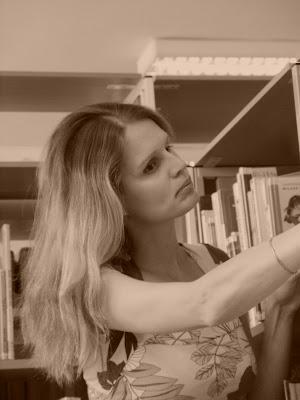Linda vybírá knihu v knihovně