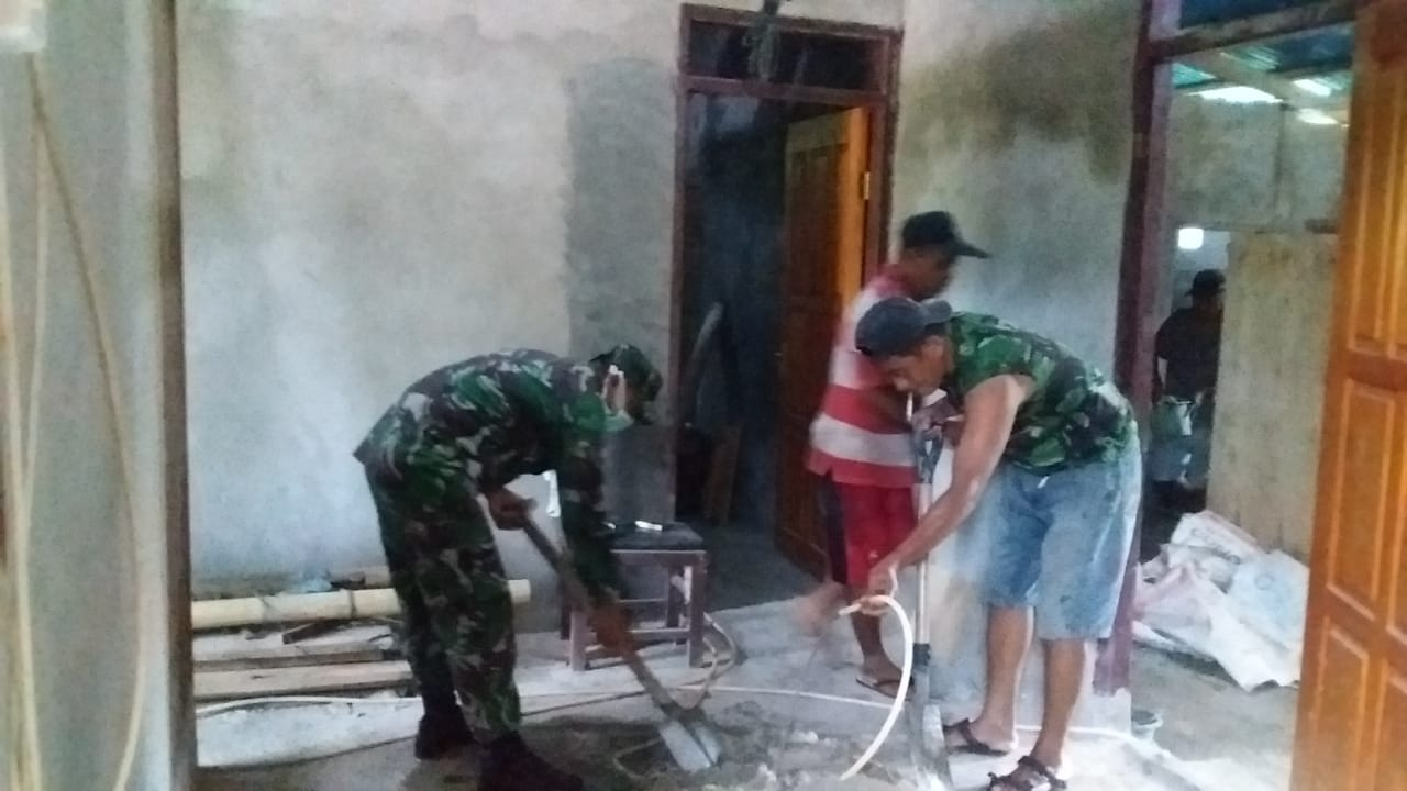 Babinsa Perangen Bantu Warga Bangun Rumah Tinggal