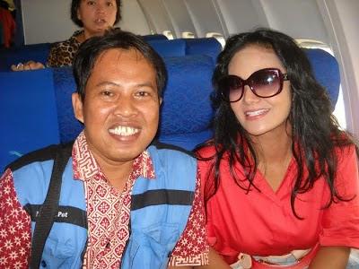 Bersama Diva Krisdayanti dalam penerbangan tujuan Denpasar Bali. Foto diambil pada penerbangan GA 405 Oktober 2010 yang lalu.  Saya minta crew Garuda Indonesia untuk memfotonya