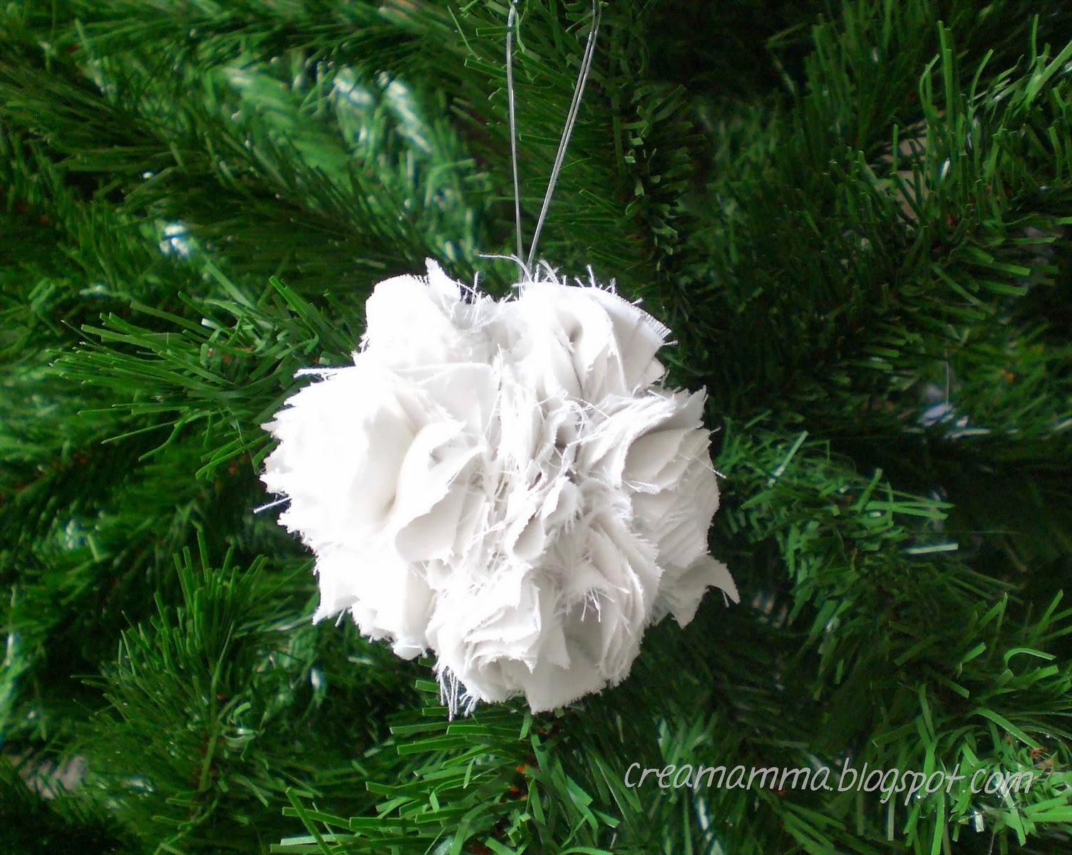 pallina di natale con stoffa bianca