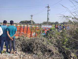 एसएचओ के सरकारी वाहन में पीछे से टक्कर मार ट्रक गढ्ढे मे उतरा   #NayaSaberaNetwork