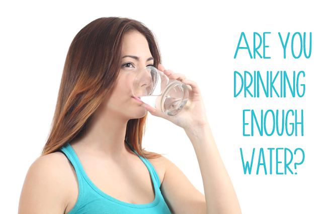 Chăm sóc môi bằng cách uống đủ nước