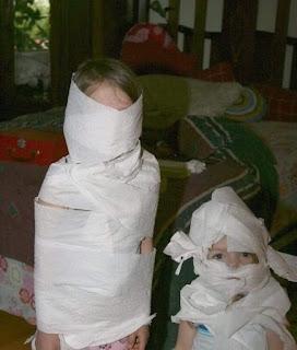 Niños se enrollan con papel higiénico como momias