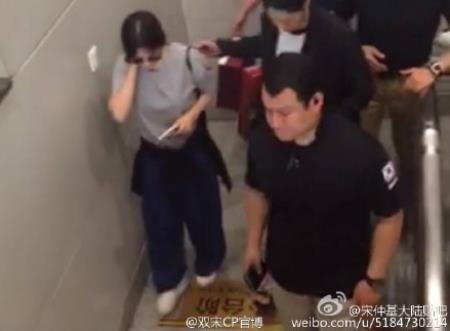 Article Song Joong Ki Sticks Close By Hye Gyo In Protection At Chengdu Airport
