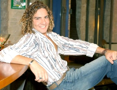 Foto de David Bisbal posando sentado