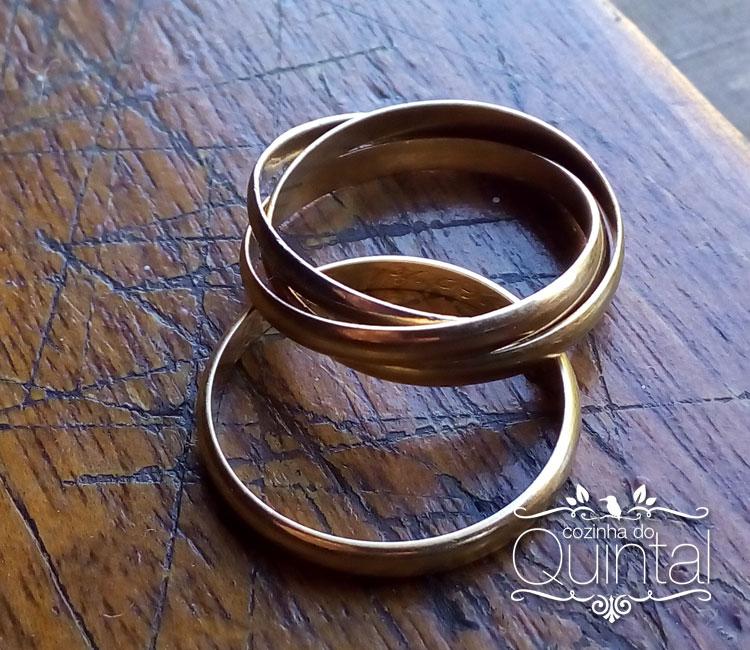 Minhas alianças, a Cartier é com 3 ouros, o rosa para o amor, o amarelo para a fidelidade e o branco para a amizade, tudo o que um casamento deve ter =)
