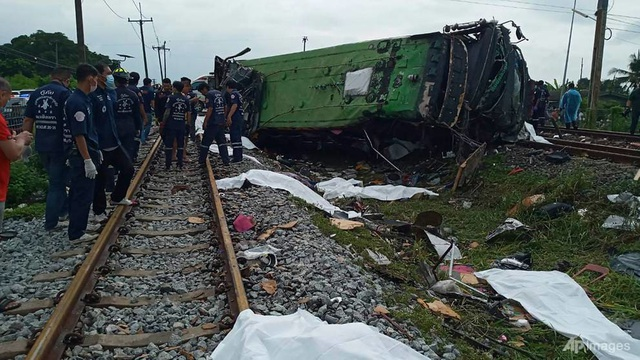 Tàu hỏa va chạm xe buýt, ít nhất 20 người chết