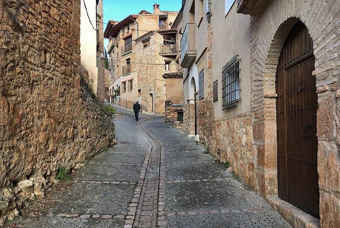 Calle empinada en Alquézar