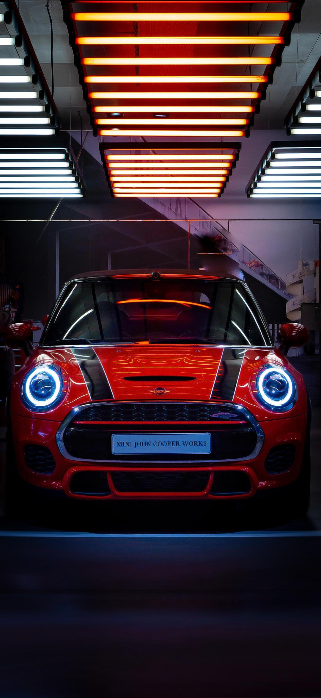 خلفية سيارة ميني كوبر حمراء وأضواء بيضاء