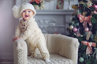 bayi berdiri tertawa menggemaskan