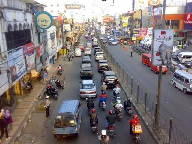 Pengendara Motor di Jalan Raya Cilegon