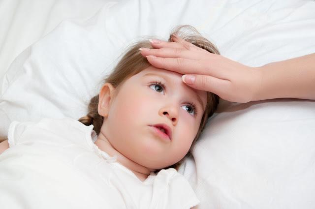 أسرع طريقة للتخلص من درجة حرارة الطفل المرتفعة في المنزل