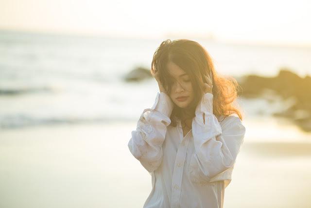 https://pixabay.com/pt/triste-meninas-inverter-sol-sozinho-2182545/