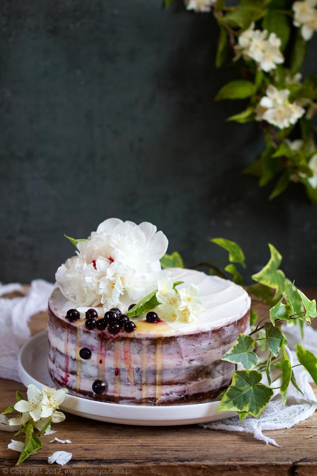 letni tort miodowy z konfiturą z czarnej porzeczki