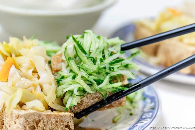MG 2585 - 老吳臭豆腐,小黃瓜與泡菜多到直接滿出來!隱身巷內超過40年的老店好味道