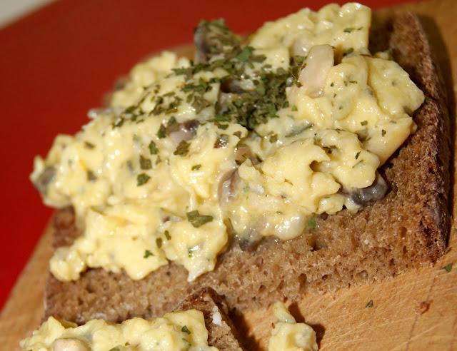 Jajecznica z gorgonzolą i pieczarkami