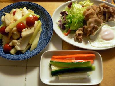 夕食の献立 献立レシピ 飽きない献立 煮た豚豚バラ イカとセロリの炒め物 目玉焼き ぬか漬け