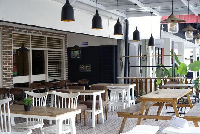 Tambahan kursi di ruangan luar Homi Coffee & Space Jogja