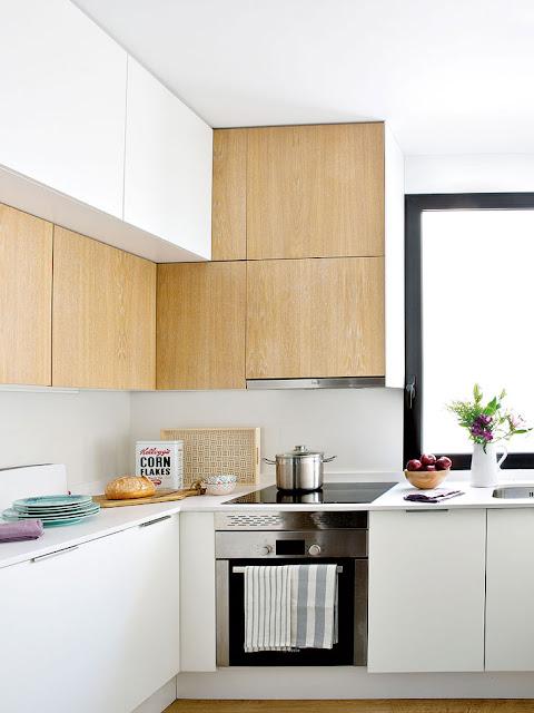 Bucatarie moderna in alb si lemn deschis