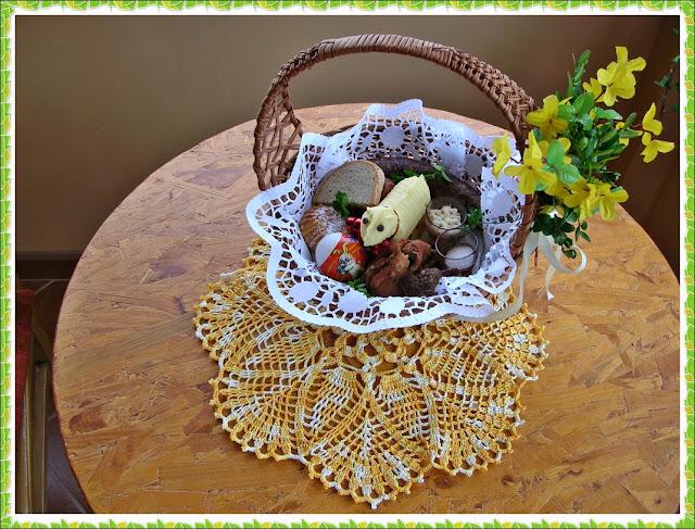 baranek z masła, chleb, kiełbasa, jaja, kwiaty