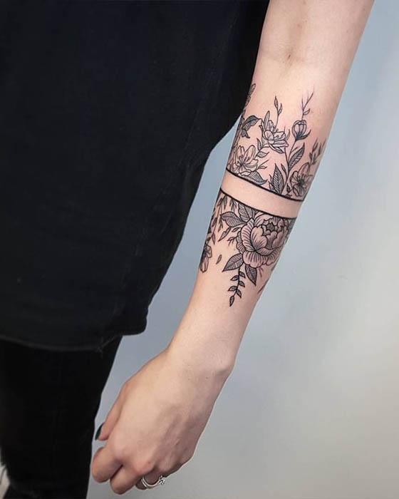 Tatuaje de brazalete con flores