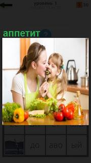 За столом мама с ребенком, у которого хороший аппетит