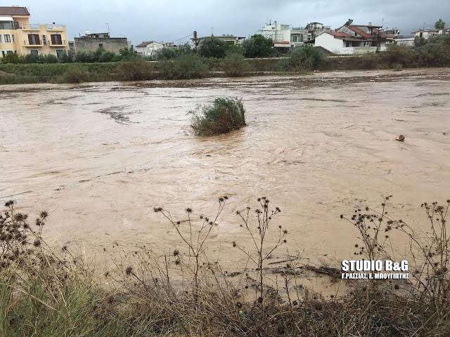 Έσπασε το ποτάμι στο Άργος - Έκκληση της πυροσβεστικής προς τον κόσμο να απομακρυνθεί