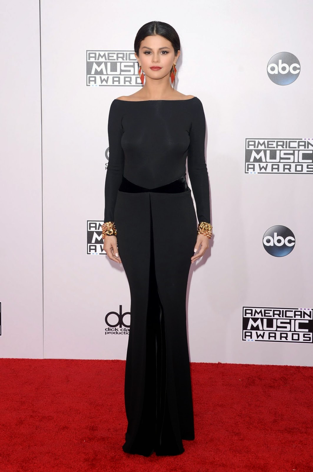 Selena Gomez arrives at the 2014 American Music Awards in a backless Armani Prive gown