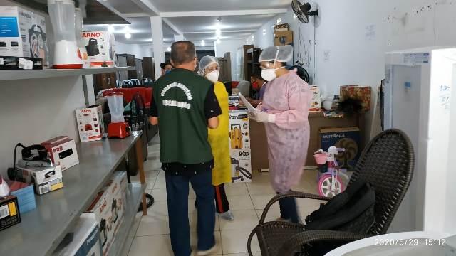 Vigilância Sanitária durante fiscalização do comércio. Foto: Reprodução/Ascom