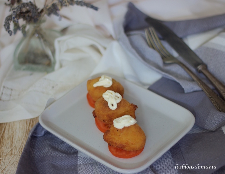 Croquetas de Brandada de bacalao sobre tomate con mahonesa de queso