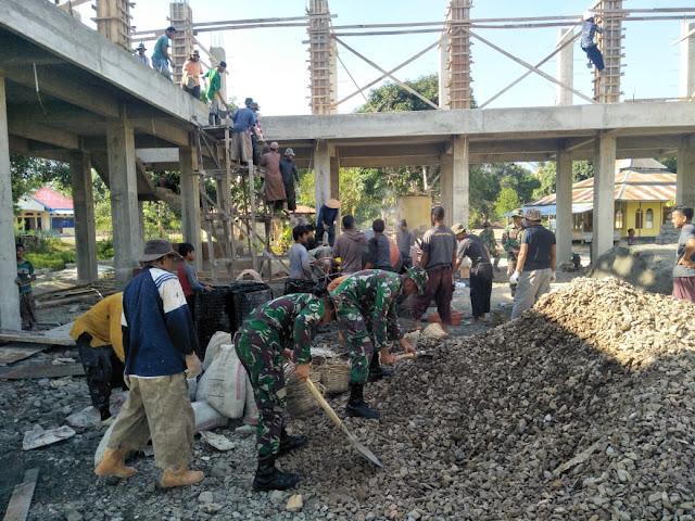 Prajurit TNI Satgas Pamrahwan Maluku Bantu Masyarakat Bangun Masjid Nur Iman