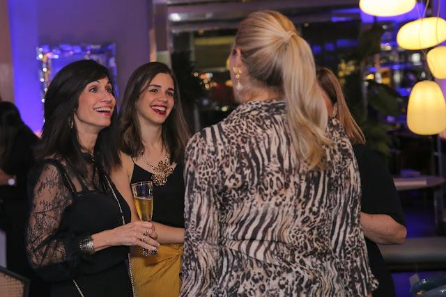 Los invitados disfrutando de una noche entre amigos