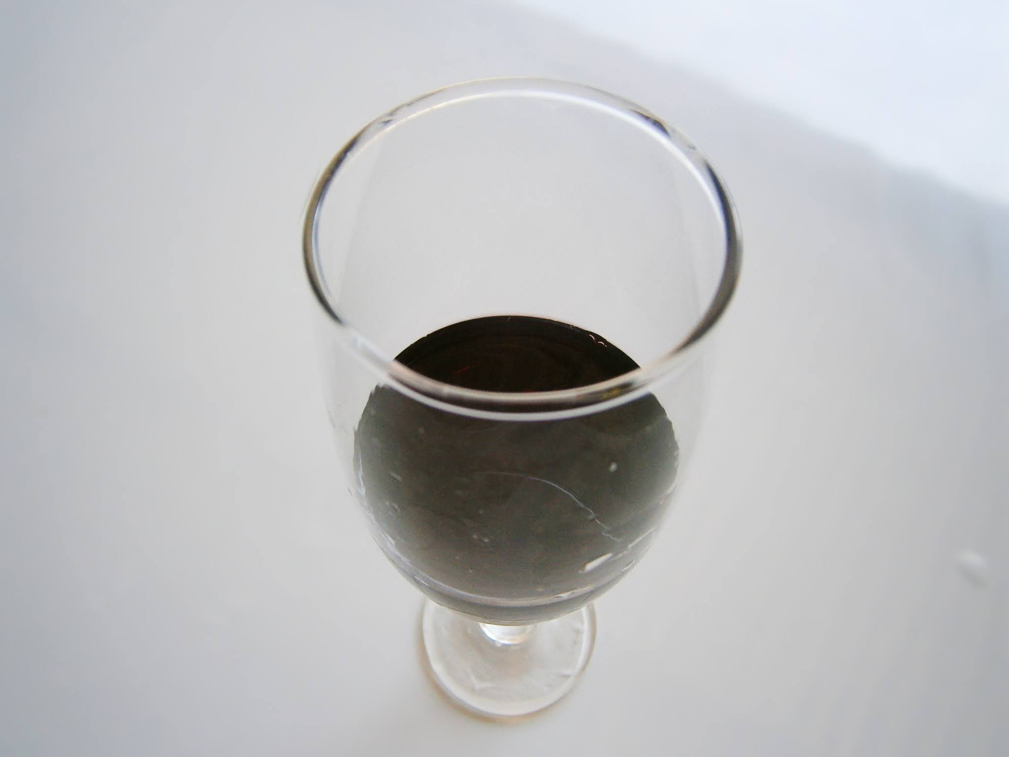 Copa de vino sobre un fondo de color blanco