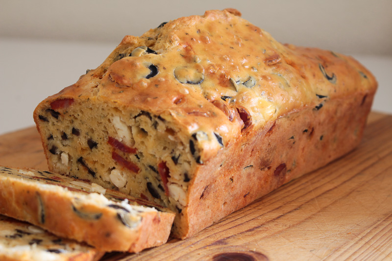 Bolo salgado com queijo, azeitonas e linguiça