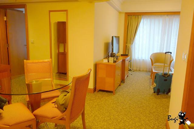hotel with kitchen hong kong rattan chairs 香港住宿 港島 北角海逸酒店 3分鐘到地鐵 門口有叮叮車房間大且平價