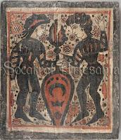 Socarrat con el escudo de la família Luna, sostenido por dos tenantes.