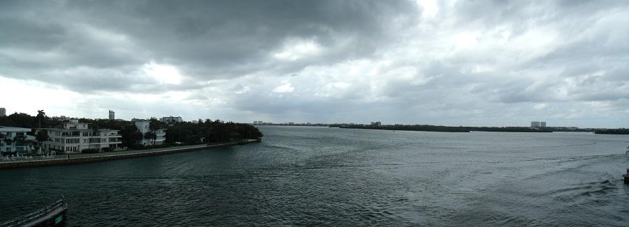 Vista de la bahía de Biscayne desde las Barrier Islands, con el continente de fondo