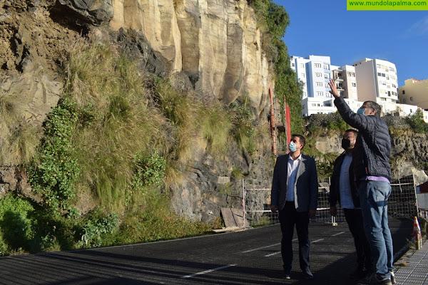 Ayuntamiento y Cabildo de La Palma realizan una limpieza en la carretera El Galeón para mejorar su seguridad
