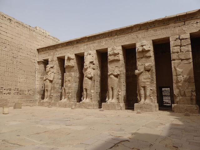 peristilio con le statue di Ramses