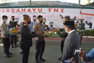 Gubernur Jambi Saksikan Kapolda Jambi  Berikan Kejutan HUT TNI Ke-76