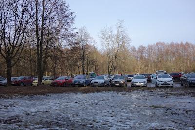 Truskaw: zatłoczony parking na polanie