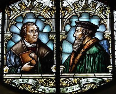 Lutero e Calvino vituperaram o culto dos santos, mas acabaram sendo cultuados como santos à moda evangélica. Incorreram nas mesmas contradições a respeito da família. Vitral da igreja evangélica de Wiesloch, Baden-Wurtenberg, Alemanha.