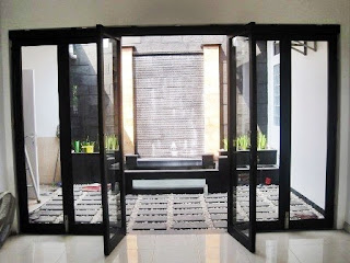 Contoh gambar kusen pintu aluminium kaca untuk rumah minimalis terbaru.