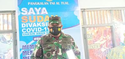 Danlanal Tual, Kolonel Laut (P) I Gusti Putu Wisnawa, M.Tr. (Hanla), memberikan keterangan kepada awak media di sela-sela pelaksanaan vaksinasi di Lanal Tual, Rabu (31/03/2021)