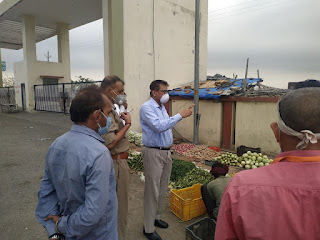 सब्जी मंडी,आटा का निरीक्षण कर सब्जी बिक्रेताओं से किया संवाद दिए आवश्यक दिशा-निर्देश  -ADM, ASP जालौन         After-inspecting-the-Ata-vegetable-market-and-communicated-with-the-vegetable-sellers-necessary-guidelines-ADM-ASP-Jalaun