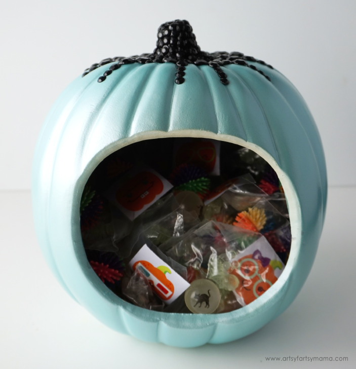 Make a glam Teal Pumpkin Project Treat Bowl filled with allergy-safe goodies to share on Halloween!